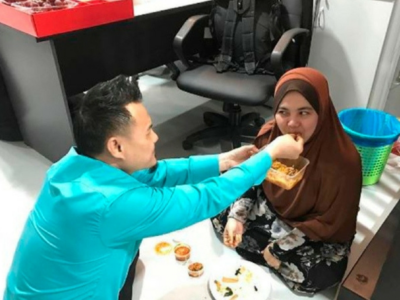 Punca Rezeki Datang Tanpa Diduga, Bila Isteri Makan Dari Tangan Suami Dia Akan Rasa Bahagia!